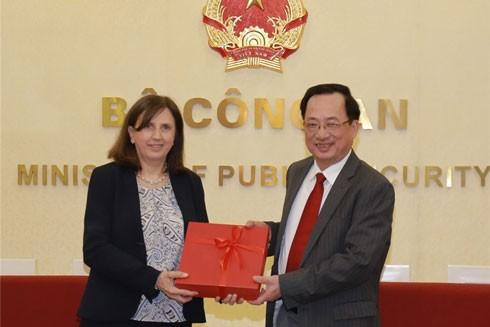 Thượng tướng Nguyễn Văn Thành - Thứ trưởng Bộ Công an trao quà lưu niệm tặng bà Paola Pampaloni, Phó Giám đốc khu vực châu Á - Thái Bình Dương của Cơ quan Đối ngoại châu Âu
