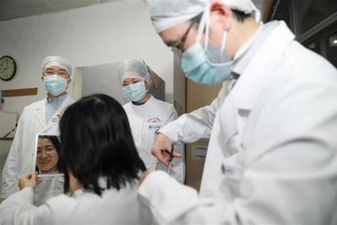 """Nhân viên y tế tại ở Vũ Hán phải """"hy sinh"""" mái tóc đầy nữ tính để có thể mặc những bộ trang phục bảo hộ y tế trong thời gian dài chăm sóc bệnh nhân"""