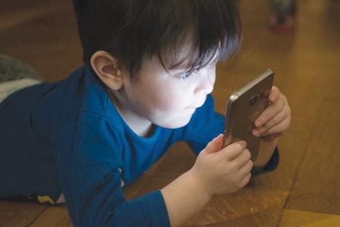Cha mẹ cần hạn chế cho trẻ sử dụng điện thoại thông minh trong 5 năm đầu đời