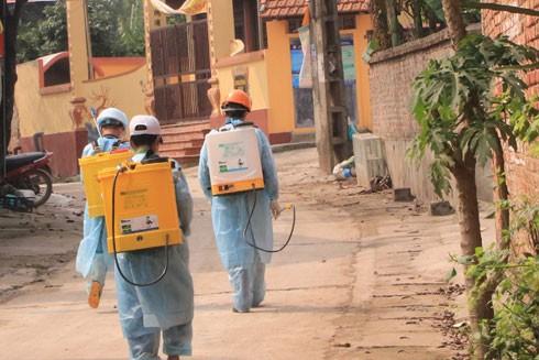 Phun thuốc diệt khuẩn trên đường làng