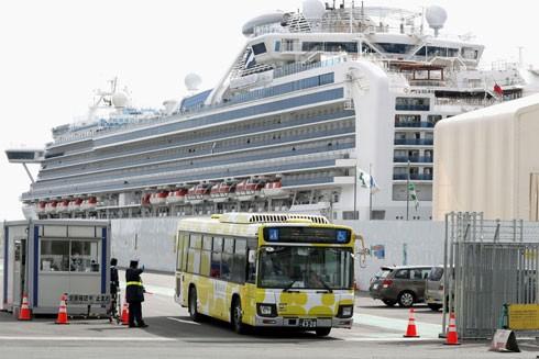 Xe buýt chở hành khách từ tàu Diamond Princess rời cảng Yokohama ngày 19-2