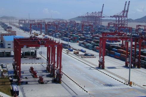 Dịch Covid-19 tại Trung Quốc tác động đến vận tải container bằng đường biển, các chuỗi logistics, khiến hàng hóa bị mắc kẹt và thiệt hại gia tăng (Trong ảnh: Cảng biển nước sâu Dương Sơn, Trung Quốc)
