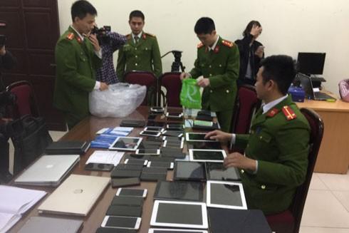 Lực lượng Công an kiểm tra tang vật, thiết bị liênquan đến đường dây đánh bạc
