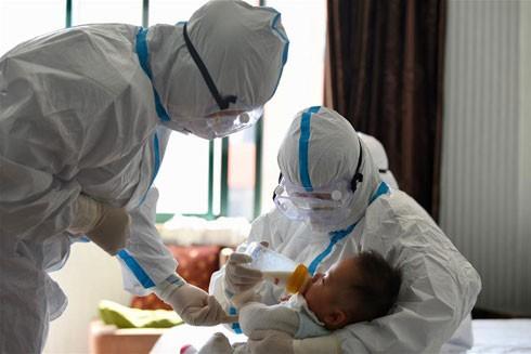 Những bác sĩ y khoa ra tiền tuyến trong cuộc đấu cam go chống Covid-19