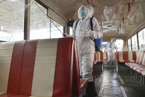 Các nhân viên khử trùng trong xe tại Bình Nhưỡng