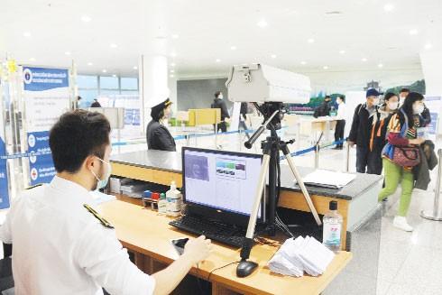Công tác kiểm dịch y tế được tiến hành chặt chẽ tại sân bay Nội Bài nhằm phát hiện các trường hợp nghi nhiễm virus Covid-19