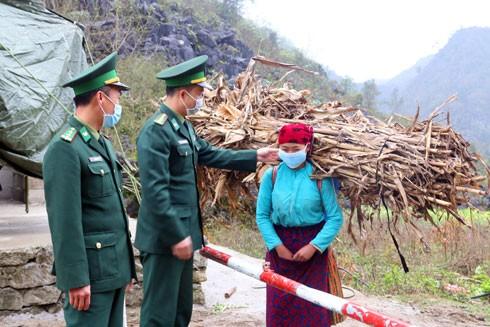 Người dân tộc thiểu số Hà Giang lần đầu tiên biết đeo khẩu trang và nghe Bộ đội biên phòng tuyên truyền về dịch bệnh - Ảnh: Kim Nhượng