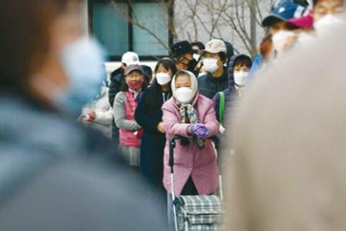 Người dân Hàn Quốc xếp hàng chờ mua khẩu trang ở Daegu