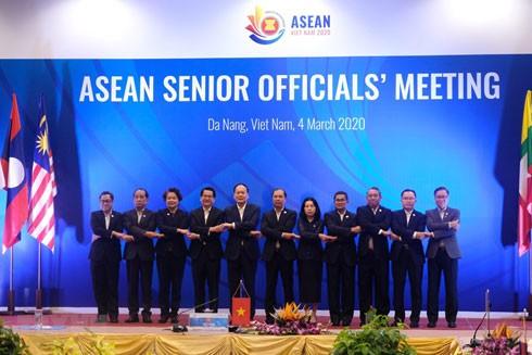 Trưởng đoàn SOM các nước ASEAN chụp ảnh tại hội nghị