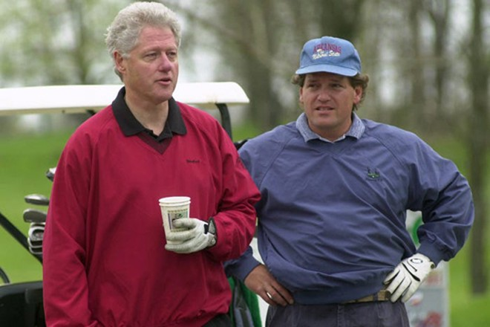 Tổng thống Bill Clinton và em trai cùng cha khác mẹ Roger Clinton hồi tháng 4-2000