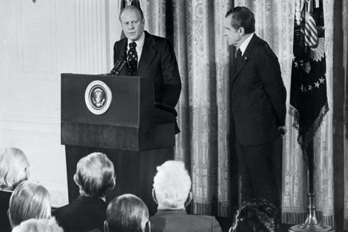 Tổng thống Gerald Ford phát biểu khi người tiền nhiệm Richard Nixon chăm chú lắng nghe, ảnh chụp tháng 10-1973