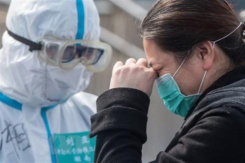 Bệnh nhân nhiễm Covid-19 cảm ơn bác sỹ sau khi được chữa khỏi tại bệnh viện ở Vũ Hán ngày 10-3
