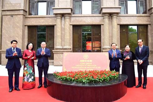 Các đồng chí lãnh đạo, nguyên lãnh đạo thành phố Hà Nội gắn biển công trình xây dựng trụ sở cơ quan Thành ủy Hà Nội, chào mừng kỷ niệm 90 năm Ngày thành lập Đảng bộ thành phố Hà Nội (17-3-1930 / 17-3-2020)