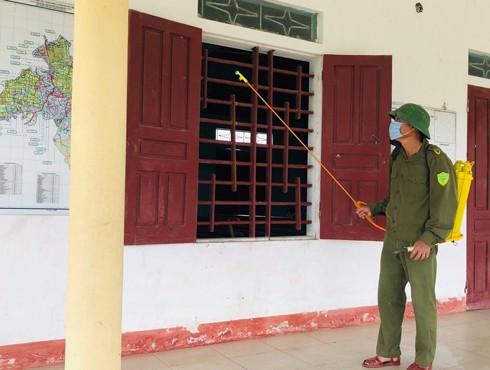 Công an xã Cẩm Duệ phun diệt trùng tại trường học