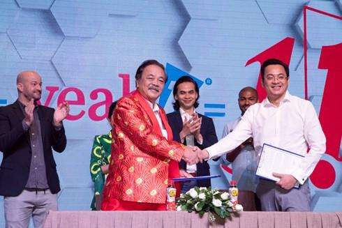 Ông Trần Quí Thanh - Nhà sáng lập, Tổng Giám đốc Tập đoàn Tân Hiệp Phát cùng Chủ tịch Tập đoàn Yeah 1 chính thức ký kết hợp tác chiến lược giữa hai tập đoàn, kỳ vọng các sản phẩm mang thương hiệu Yeah1 và Number 1 sẽ tạo ra nhiều giá trị thiết thực cho khách hàng - người dùng trong tương lai
