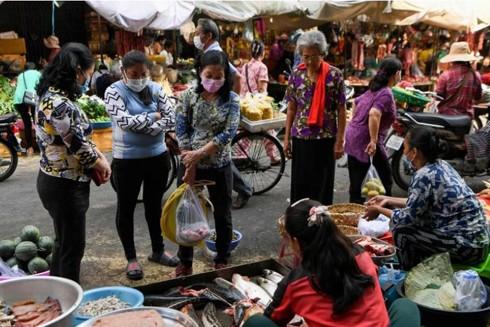 Người dân đeo khẩu trang phòng ngừa Covid-19 tại một khu chợ ở Thủ đô Phnom Penh, Campuchia