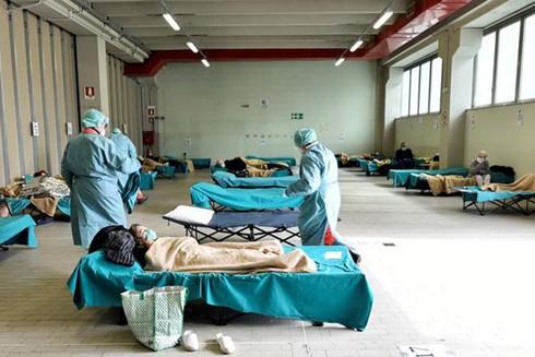 Dù thiếu thốn nhân lực, các y bác sĩ vẫn đang nỗ lực hết sức để chăm sóc bệnh nhân
