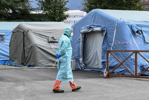 Nhiều căn lều đã được dựng lên để làm nơi đặt giường điều trị cho các bệnh nhân