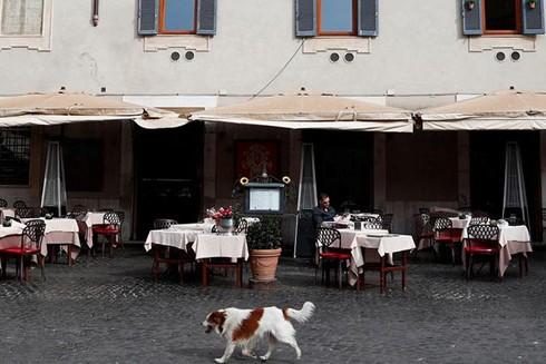 Sau khi chính phủ Italy ban hành lệnh phong tỏa toàn quốc, các quán cà phê, địa điểm du lịch tại đây đã trở nên vắng vẻ, không bóng người