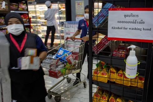 Các siêu thị ở Bangkok, Thái Lan bố trí dung dịch sát khuẩn cho khách hàng phòng ngừa Covid-19