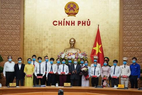 Thủ tướng Nguyễn Xuân Phúc tặng quà các gương mặt trẻ tiêu biểu