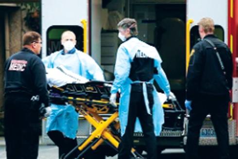 Mỹ dẫn đầu thế giới về số ca nhiễm Covid-19, 2 bệnh nhân phải dùng chung 1 máy thở ảnh 2