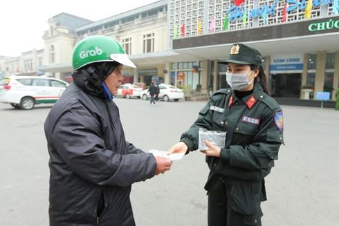 Các chiến sỹ công an phát khẩu trang miễn phí cho người dân