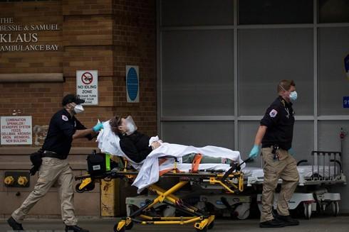Chuyển bệnh nhân nhiễm Covid-19 tới trung tâm y tế ở Brooklyn, New York, Mỹ