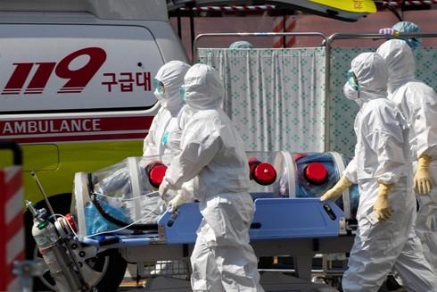 Nhân viên y tế chuyển bệnh nhân nhiễm Covid-19 tới Bệnh viện trường Đại học Quốc gia Kyungpook ở Daegu, Hàn Quốc