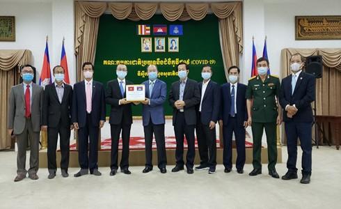 Đại diện Việt Nam và Campuchia tại buổi trao tặng thiết bị y tế