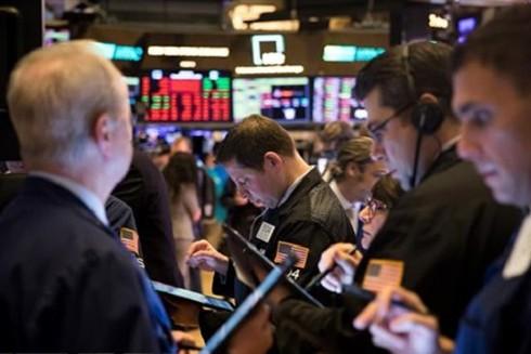 Đại dịch Covid-19 dự báo có thể sẽ đẩy kinh tế toàn cầu suy thoái trong năm nay (Trong ảnh: Hoạt động giao dịch tại sàn chứng khoán New York, Mỹ)