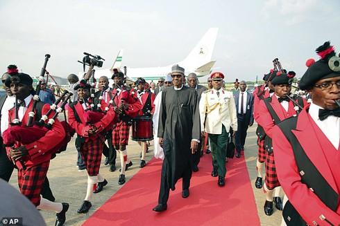 Để làm gương, Tổng thống Nigeria Muhammadu Buhari tuyên bố ngừng mọi chuyến bay tư nhân, dù các sân bay đều đã bị đóng cửa