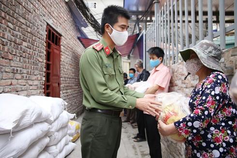 Đại diện Đoàn Thanh niên Báo An ninh Thủ đô trao lương thực, thực phẩm của bạn đọc hảo tâm gửi động viên các bệnh nhân xóm chạy thận ở Hà Nội vượt qua khó khăn trong thời gian giãn cách xã hội để phòng chống Covid-19