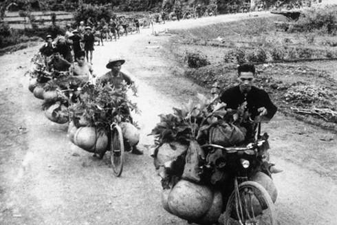 Đoàn dân công đẩy xe đạp thồ chở vũ khí, lương thực, thuốc men lên trận tuyến chiến dịch Điện Biên Phủ