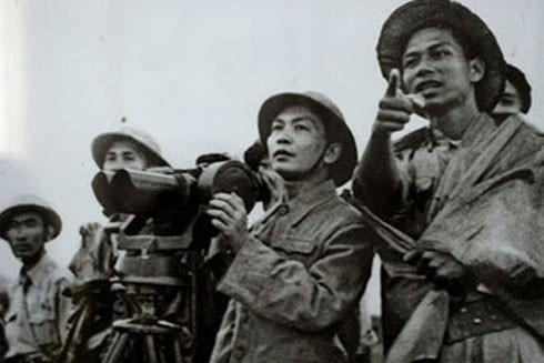 Đại tướng Võ Nguyên Giáp quan sát trận địa Điện Biên Phủ