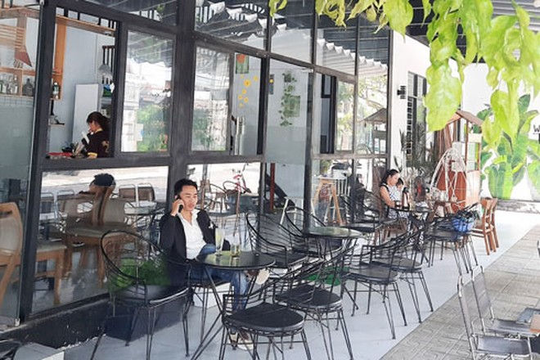 Sau khi hết thời gian cách ly xã hội, các hàng quán được mở cửa đón khách trở lại và chấp hành nghiêm về khoảng cách tiếp xúc - Ảnh: LAM THANH