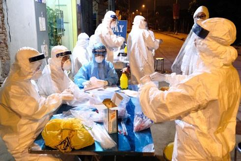Việt Nam áp dụng các biện pháp test nhanh Covid-19 trong cộng đồng đã giúp phát hiện sớm các trường hợp lây nhiễm - Ảnh: LAM THANH