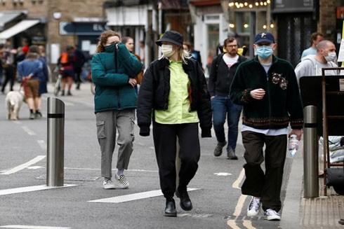 Nhiều người dân Anh đã đeo khẩu trang ra đường để phòng bệnh
