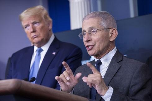 Tiến sỹ Anthony S. Fauci có mặt ở hầu hết các cuộc họp báo thường ngày của Tổng thống Mỹ Donald Trump ở Nhà Trắng từ khi đại dịch Covid-19 bước vào giai đoạn căng thẳng tới nay