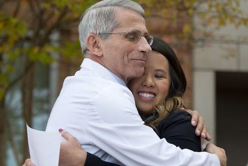 Tiến sỹ Anthony S. Fauci ôm chúc mừng Nina Pham, y tá đầu tiên bị lây nhiễm virus Ebola năm 2014 để chứng tỏ không nên kỳ thị người đã khỏi căn bệnh truyền nhiễm này