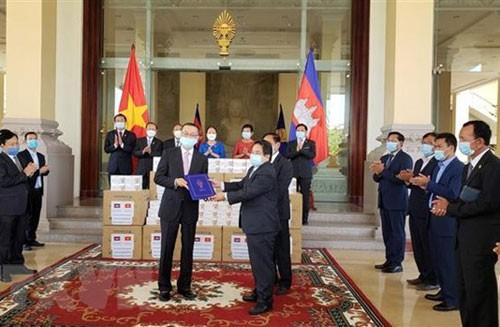 Ngài Leng Peng Long, Tổng Thư ký Quốc hội Vương quốc Campuchia trao tận tay Đại sứ Việt Nam Vũ Quang Minh bức thư cảm ơn của Chủ tịch Quốc hội Campuchia gửi Chủ tịch Quốc hội Việt Nam