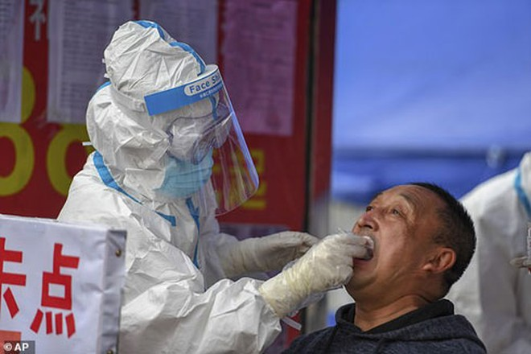 Các nhân viên y tế Trung Quốc tiến hành xét nghiệm virus đối với những người dân