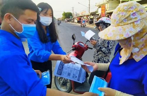 Thanh niên tình nguyện tặng khẩu trang, phát tờ thông tin tuyên truyền cho người dân phòng chống dịch Covid-19