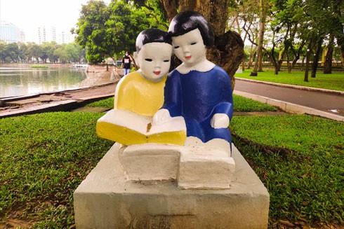 """Những bức tượng trong Công viên Thống Nhất sau khi """"được"""" sơn xanh - đỏ - tím - vàng đã bị dư luận phản đối gay gắt"""
