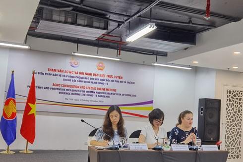 Bàn chủ tọa điều hành Hội nghị trực tuyến tại điểm cầu Hà Nội, Việt Nam