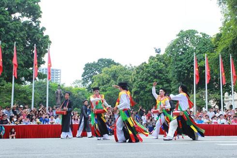 Những nét văn hóa độc đáo của Hà Nội xưa được biểu diễn tại phố đi bộ hồ Gươm