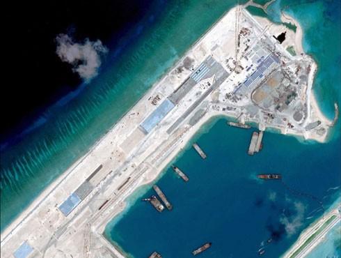 Hỉnh ảnh cho thấy hoạt động ráo riết quy mô lớn của Trung Quốc khi tiến hành bồi đắp, xây dựng phi pháp đá Chữ Thập thuộc quần đảo Trường Sa của Việt Nam thành đảo nổi nhân tạo gây hủy hoại nghiêm trọng môi trường biển