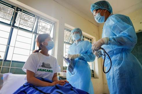 Các y bác sĩ Việt Nam thăm khám cho người nhiễm Covid-19