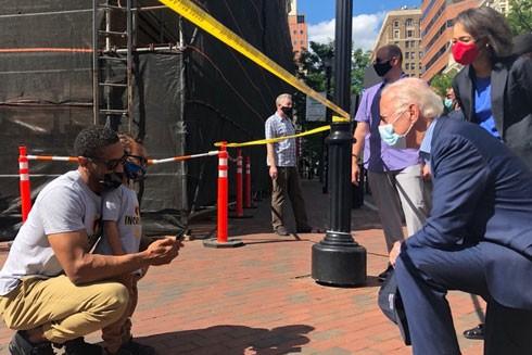 Cựu Phó Tổng thống Joe Biden quỳ gối tại 1 cuộc biểu tình đòi quyền bình đẳng cho người da đen hôm 30-5