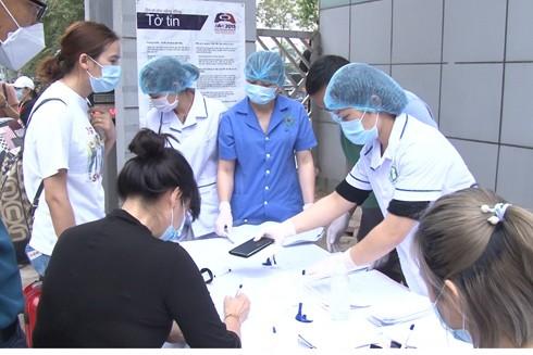 Các chiến sĩ, y bác sĩ tại Bệnh viện CATP Hà Nội sàng lọc bệnh nhân trước khi vào khu cách ly